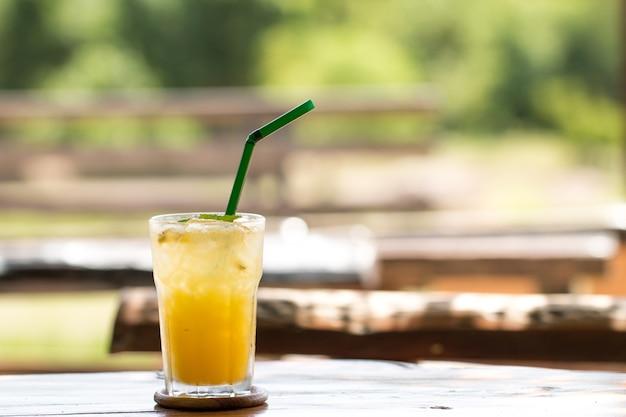 Namiętny sok owocowy z lodem w kawiarni restauracji