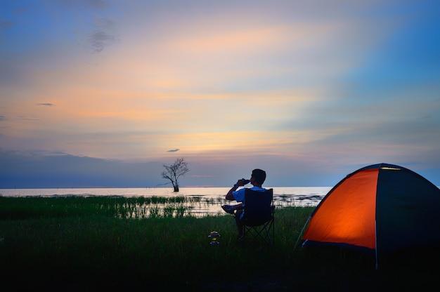 Namiot i krzesła nad jeziorem