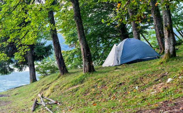Namiot kempingowy na brzegu jeziora