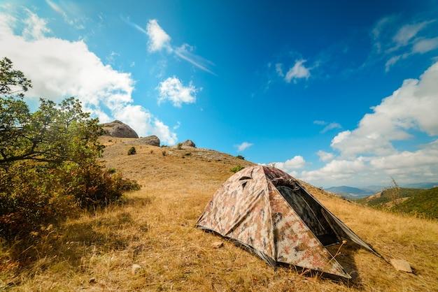 Namiot kempingowy w obozie na parkingu, wakacje koncepcyjne, camping, turystyka, aktywny tryb życia