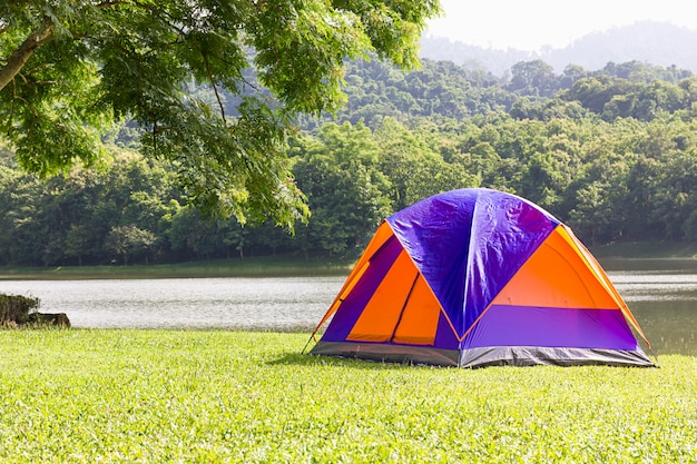 Namiot kopułowy po stronie jeziora