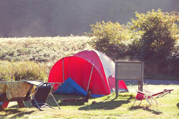 Namiot na kempingu. miejsce rekreacji.