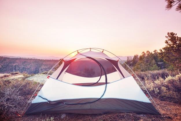 Namiot turystyczny w górach. obszar rekreacyjny mt baker, waszyngton, usa