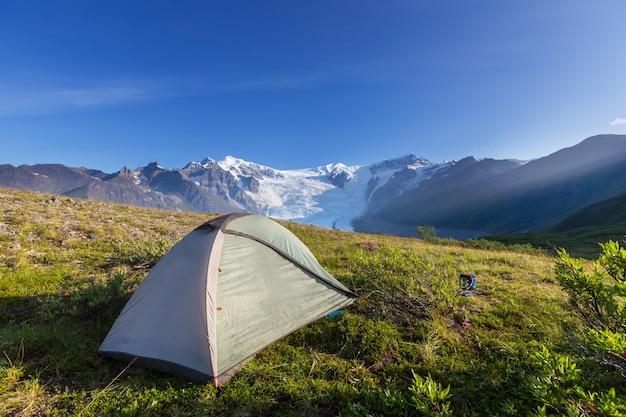 Namiot turystyczny w górach w sezonie letnim