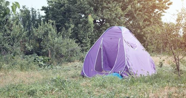Namiot w letnim lesie