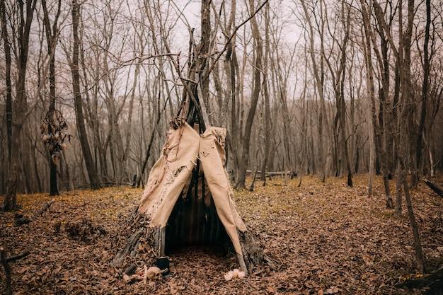 Namiot wiedźmy w przerażającym jesiennym lesie