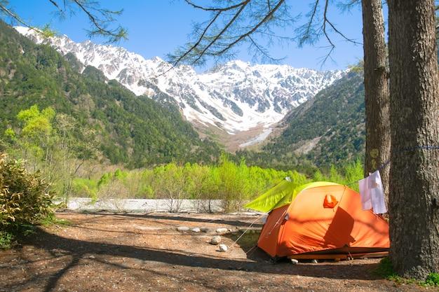 Namiot z widokiem na góry alpy japońskie, japonia