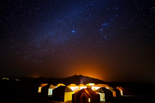 Namioty berberów na pustyni w gwiaździstą noc