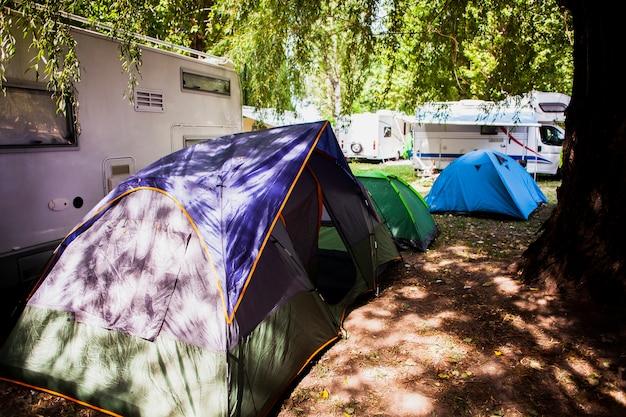 Namioty do biwakowania w widoku przyrody