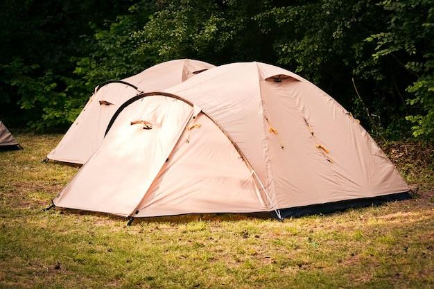 Namioty do turystyki w lesie