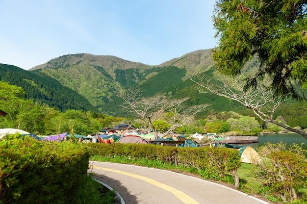 Namioty kempingowe w parku narodowym fujihakoneizu jezioro tanuki camping w fujinomiya city japonia
