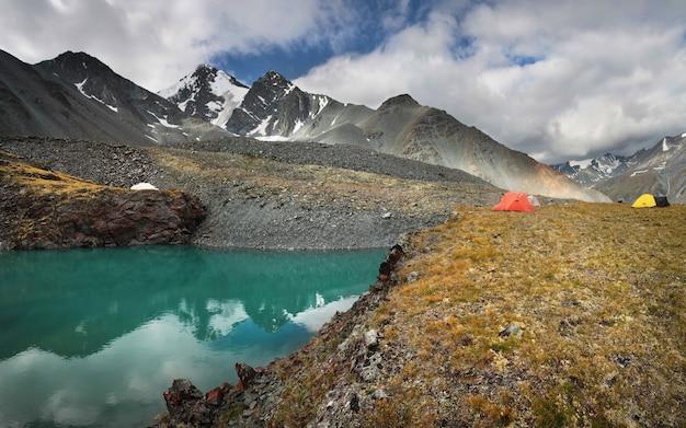 Namioty nad brzegiem górskiego jeziora