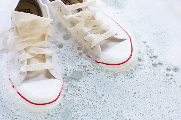 Namocz buty przed praniem. brudne trampki.