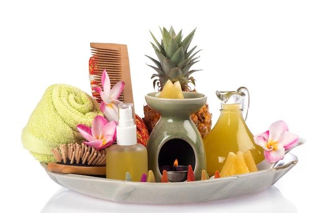 Namoczyć włosy ekstraktem z ananasa, na białym tle.