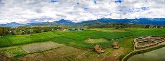 Nan, Tajlandia, kukurydzany pole z góry i niebieskiego nieba tłem