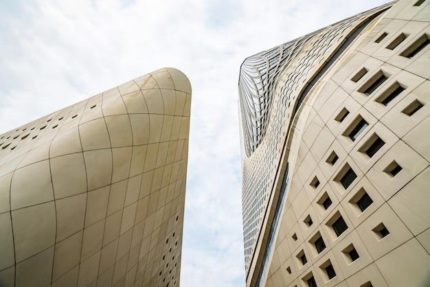 Nanjing, jiangsu, chiny - 25 września 2020 r .: cechy architektoniczne międzynarodowego młodzieżowego centrum kultury w nanjing