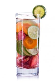Napar z wody, marchew, truskawka i limonka