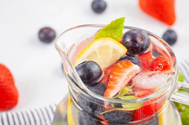 Napar z wody o smaku ziół i owoców. letni orzeźwiający napój. opieka zdrowotna, fitness, pojęcie zdrowego żywienia dieta.