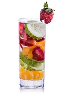 Napar z wody, pomarańczy, truskawki i ogórka
