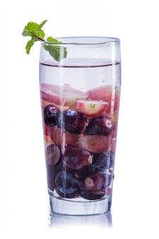 Napar z wody z fioletowych winogron i czerwonych winogron