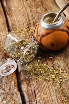 Naparowa herbata na drewnie