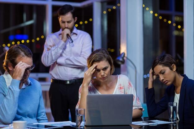 Napięci ludzie biznesu pracuje na laptopie
