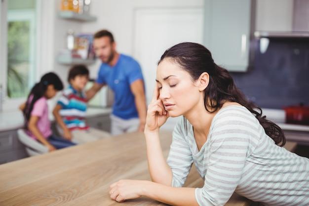 Napięta matka przy stole z rodziną