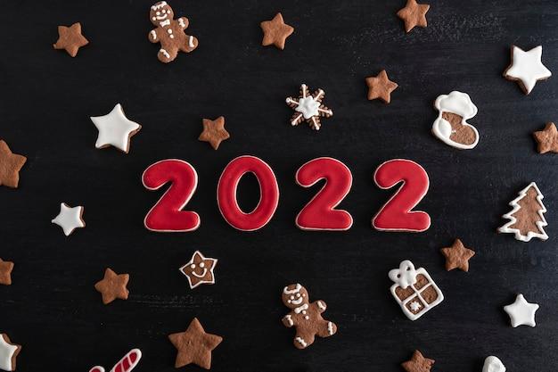 Napis 2022 z piernika. boże narodzenie, czarne tło.