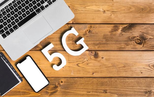 Napis 5g i urządzenia na stole