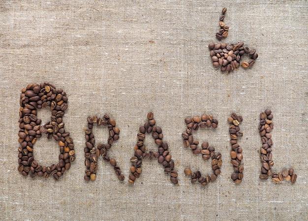 Napis brasil zrobił ziaren kawy.