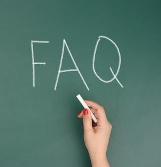 Napis faq (najczęściej zadawane pytania) na zielonym tle. koncepcja, pomoc i wskazówki dotyczące kontroli jakości