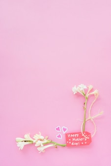 Napis happy mothers day z białymi kwiatami