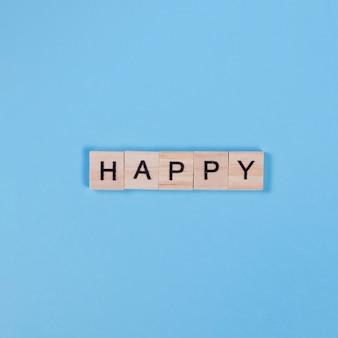 Napis happy na drewnianych kawałkach