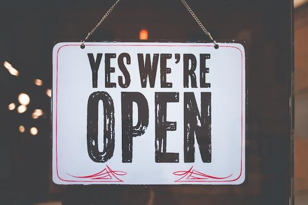Napis jesteśmy otwarci na szklane okna instytucji