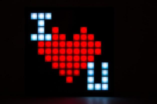 Napis kocham cię w formie pikseli na czarnym tle. zbliżenie.