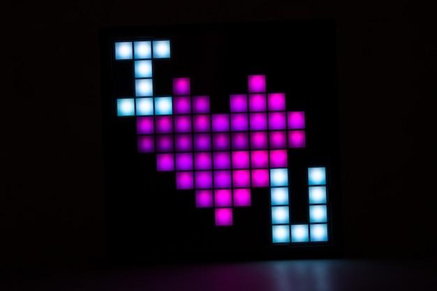 Napis kocham cię w formie pikseli na czarnym tle