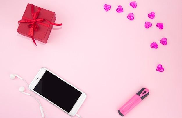Napis kocham cię w zeszycie obok prezentu i smartfona walentynki