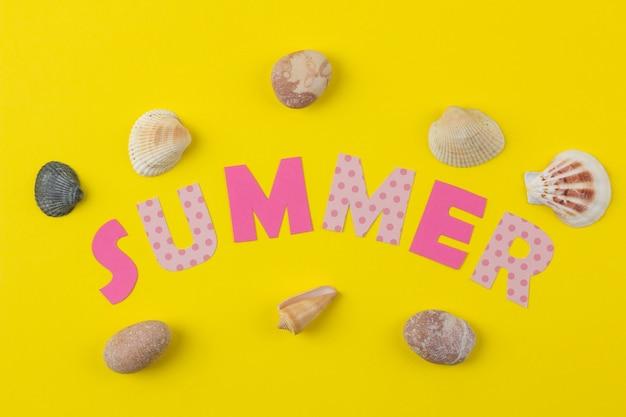 Napis lato z papieru wielokolorowych liter i muszelek. lato. relaks. wakacje.
