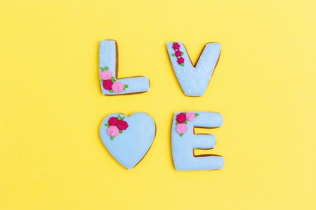 Napis love przez domowe ciasteczka. koncepcja miłości romans.