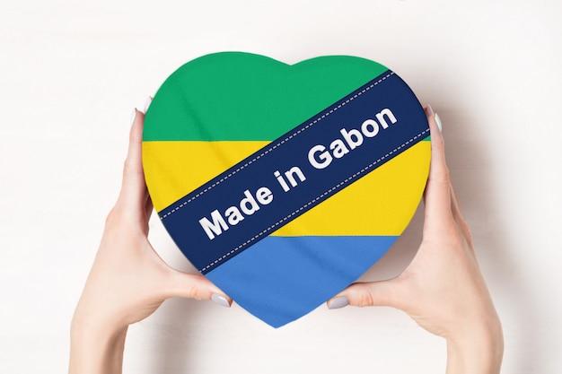 Napis made in gabon flag z pudełkiem w kształcie serca