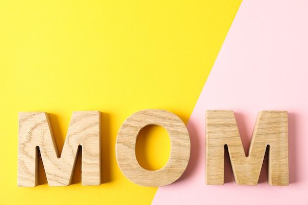 Napis mama na stole dwutonowym, widok z góry