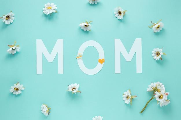 Napis mama z małych białych kwiatów