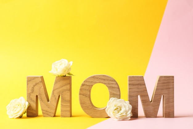Napis mama z różami na stole dwukolorowym