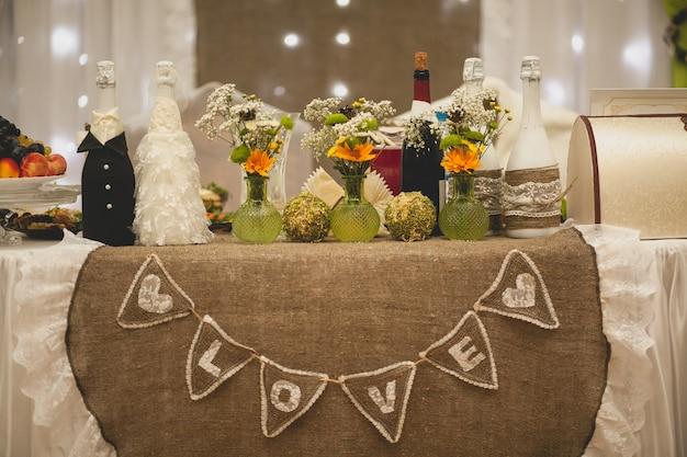 Napis miłość po angielsku, na świątecznym stole weselnym nowożeńców. wystrój ślubny.