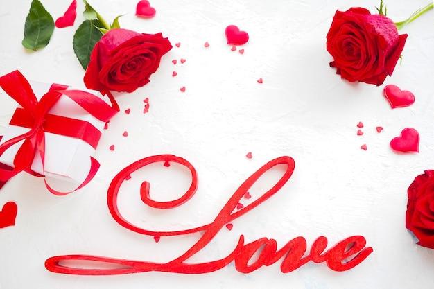 Napis miłość z różami i pudełko