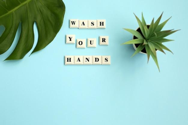 Napis myj swoje ręce na niebieskim tle.