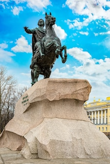Napis na budynku - biblioteka prezydencka im. b.n jelcyna i budynek senatu oraz pomnik piotra i (wielkiego). sankt petersburg. rosja.