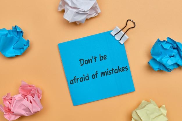 Napis na naklejce nie obawia się pomyłek jako koncepcji dalszego działania.