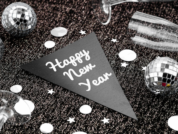 Napis na nowy rok i srebrne bombki