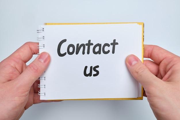 Napis na papierze skontaktuj się z nami jako koncepcja opinii.